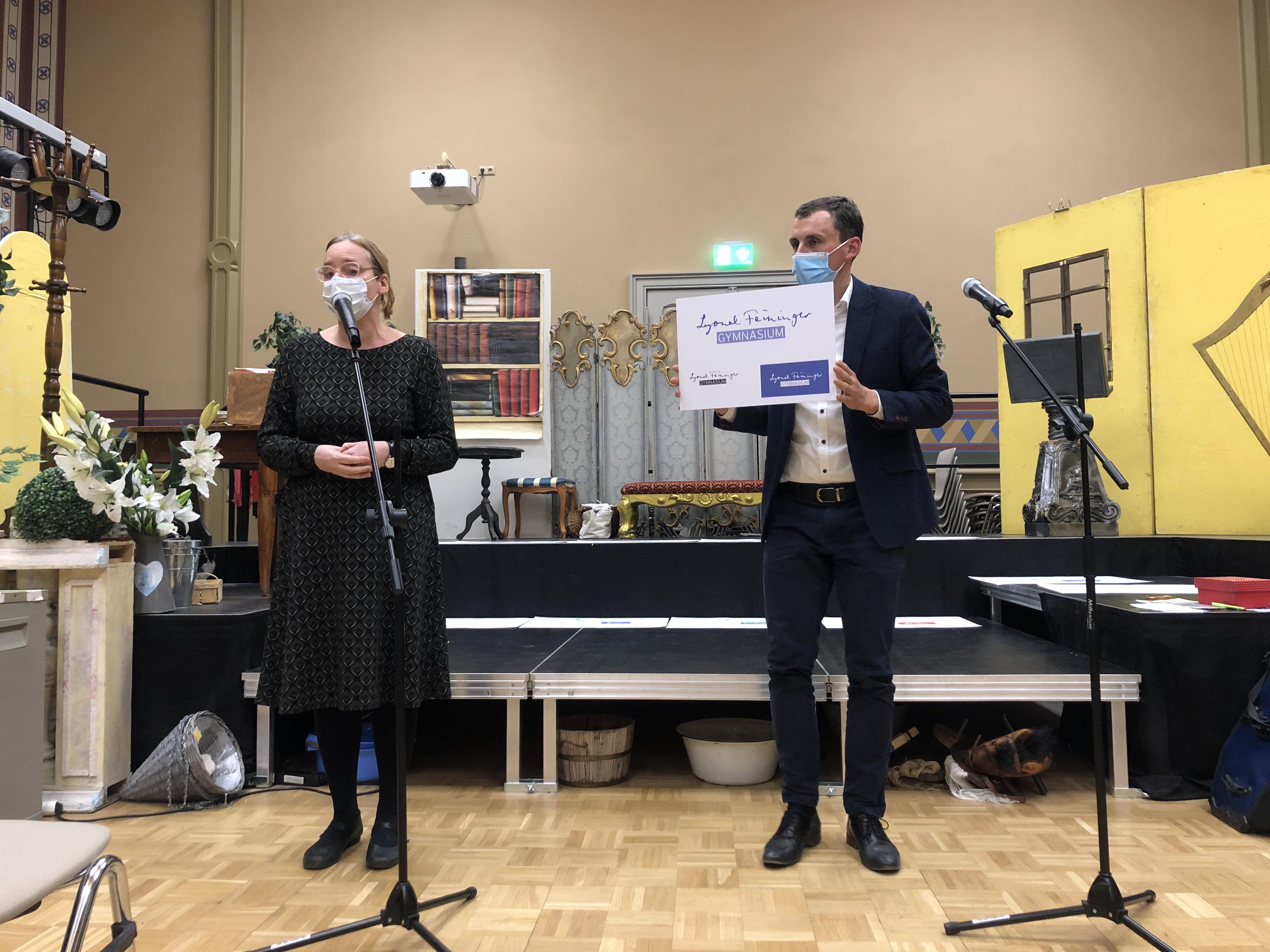 Die Direktorin der Kunststiftung Sachsen-Anhalt, Frau Bursian, hält die Laudatio für den 3. Platz